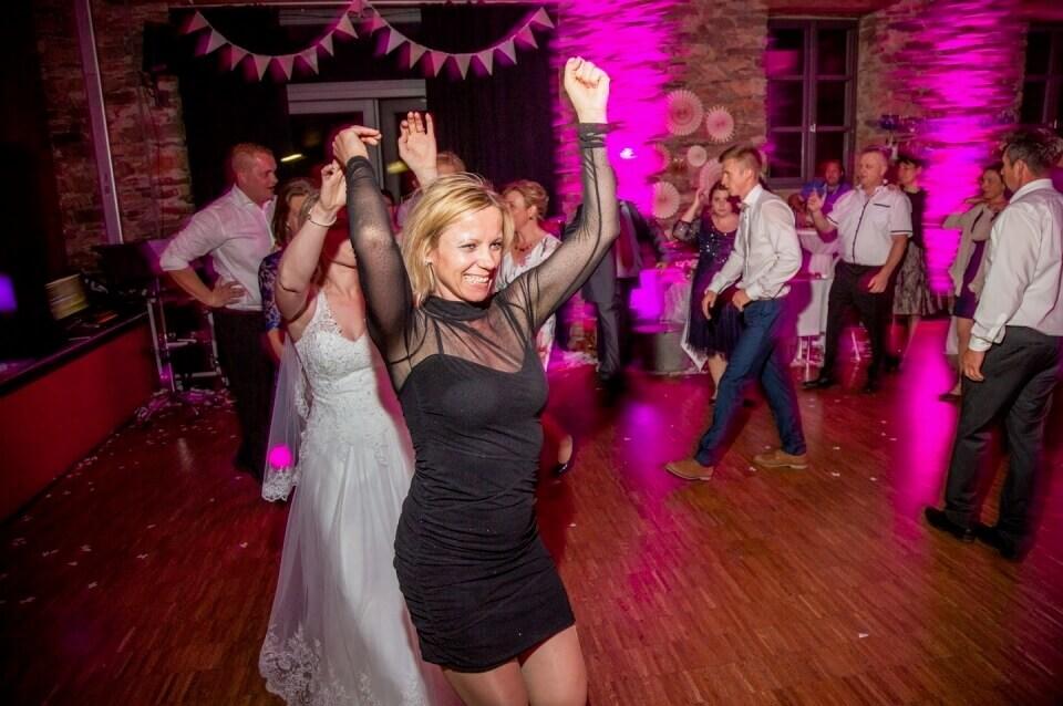 Galerie - Sängerin Kara führt Polonese mit Hochzeitsgästen an