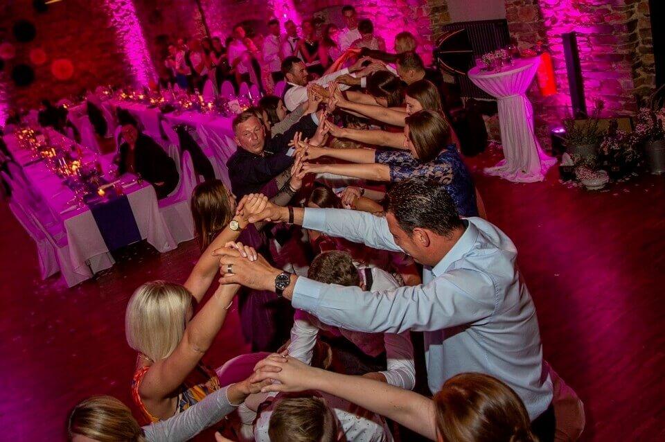 Galerie - Hochzeit mit Sängerin Kara - Gäste bilden Tunnel für Polonese